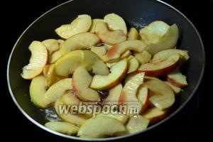 Когда яблоки размягчатся, добавляем к ним остатки вина и доводим до готовности ещё 3-4 минуты.