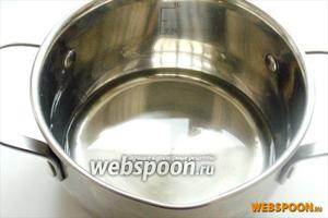 В посуду с толстым дном наливаем рафинированное подсолнечное масло. Ставим на плиту и включаем огонь.