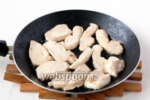 Грудку порезать небольшими ломтиками и обжарить на 1 столовой ложке растительного масла по 1 минуте с каждой стороны.