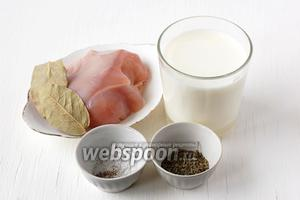 Для приготовления куриной грудки в молоке нам понадобится куриная грудка, молоко, соль, перец, прованские травы, лавровый лист, душистый перец.