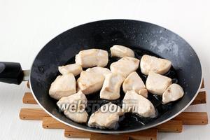 Куриную грудку порезать средними кусочками и обжарить на растительном масле по 1 минуте с каждой стороны.