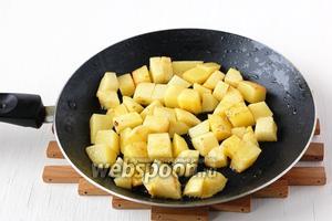 Картофель почистить, порезать кубиком, слегка обжарить со всех сторон.