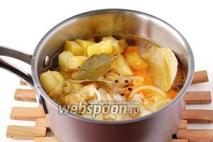 В кастрюле соединить грудку, морковь, картофель, лук. Добавить воду, лавровый лист и перец. Посолить.