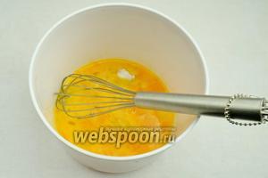 Вымыть куриные яйца. Разбить 4 яйца в подходящую посуду с высокими стенками. Венчиком взбить яичную массу.