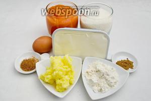 Чтобы испечь такой пирог, нужно взять стакан жидкого пюре тыквы, яйца, масло сливочное, муку, сахар, корицу, мускатный орех, разрыхлитель, крем-сыр.
