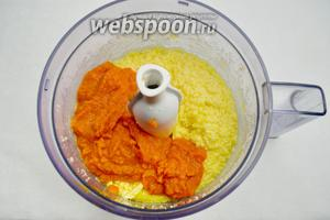 В яично-масляную смесь добавить пюре тыквы. Взбить полученную массу.