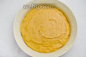 Подготовить форму: смазать стенки формы сливочным маслом, посыпать кукурузной мукой, на дно формы разместить пергамент. Выложить тыквенное тесто в форму.