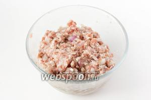 Свиной фарш соединяем с измельчённым луком, солью, чёрным молотым перцем и тщательно перемешиваем.