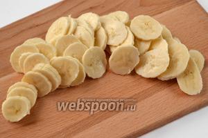 Банан режем тонкими кружочками.