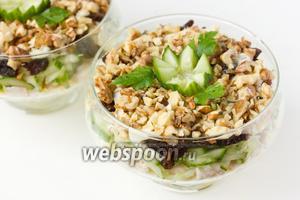 Украшаем каждую порцию салата листиками свежей петрушки и цветком из огурца. Салат перед подачей необходимо выдержать в холодильнике примерно 30 минут.