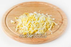 Куриные яйца очищаем и измельчаем.