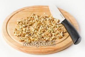 Грецкие орехи измельчаем в крупную крошку.