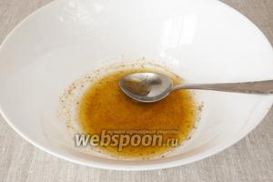 В миску выдавить сок половины лимона, добавить оливковое масло, морскую соль, паприку и приправу для рыбы. Перемешать.