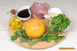Для приготовления салата мы подготавливаем следующие продукты: куриную грудку будем мариновать в соевом соусе. Необходимо вымыть рукколу, зелень петрушки и мяту, семена кунжута обжарить, грейпфрут очистить.