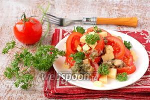 Салат с помидорами и ореховой заправкой