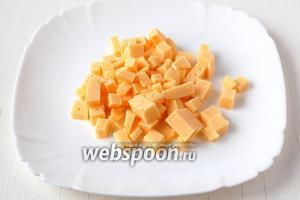 Сыр порезать небольшими кубиками.