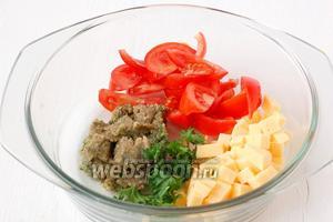 Соединить заправку, помидоры, сыр, немного свежей петрушки.