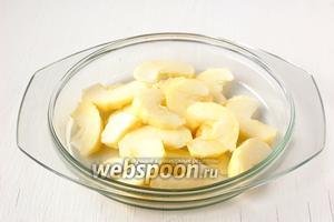 Яблоко очистить от шкурки, удалить сердцевину, порезать тонкими ломтиками.