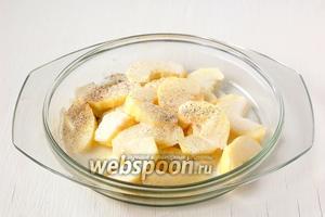 Сразу же полить яблоко сливками. Приправить солью и перцем. Соли надо добавлять немного, так как свою солёность ещё добавит фета.