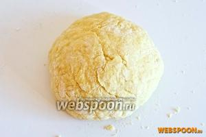 Вымешивайте тесто в течении 15-20 минут или пока оно не станет мягким и эластичным. Обверните тесто в плёнку и положите в холодильник на 30 минут.