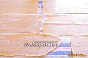 Готовые полосы выложите на полотенце и припудрите сверху мукой.