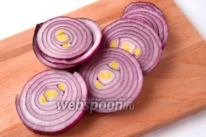 Крупную луковицу очищаем и нарезаем толстыми кружками.