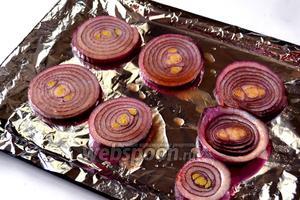 Обмакиваем кружки лука в соус и выкладываем на лист, застеленный фольгой. Запекаем в духовке до мягкости и лёгкого зарумянивания (10-15 минут).