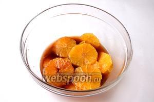 Апельсины выкладываем в миску и заливаем оставшимся соусом, ставим на полчаса в холодильник. Пропитывание апельсина может длиться несколько часов, если понадобилось сделать это заранее.