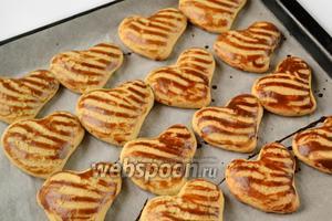 Выпекаем печенье в духовке, разогретой до 180 °C не больше 10 минут. Печенье должно увеличиться и слегка зарумяниться.