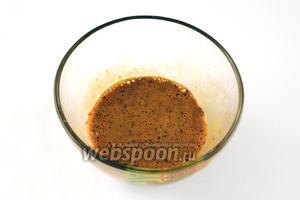 Растворяем кофе в молоке и взбиваем с желтком 1 яйца.