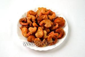 Креветками вкусно похрустеть для перекуса. Если блюдо готовится на ужин, можно подать креветки с острым соусом чили или, наоборот, сладким ягодным — кто ка больше любит.