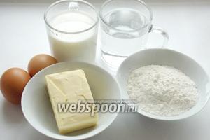 Для приготовления заварного теста на профитроли нам понадобятся: 4 яйца, 100 г сливочного масла, вода, 130 г муки и соль.