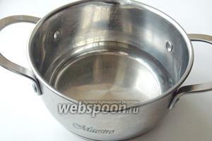 В кастрюлю с антипригарным покрытием наливаем 1 стакан воды. Ставим её на плиту.