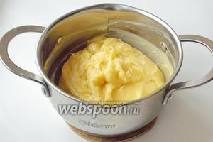 В процессе добавления яиц, тесто становится более  податливым. Получаем гладкую, вязкую и однородную массу. Заварное тесто для профитролей готово.