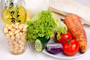 Для приготовления фалафели в лаваше понадобится оливковое масло, нут, мука, листья салата, тонкий армянский лаваш, помидоры, огурцы, лук, морковь, соль, перец и кориандр.