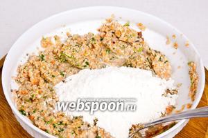 В нутово-овощную массу добавить соль (10 г), кориандр (5 г) и муку (несколько столовых ложек), перемешать. Тесто должно получиться не слишком густым.
