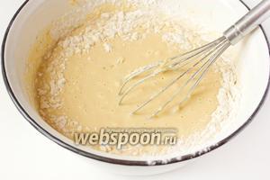 Вымешиваем тесто, постепенно добавляя оставшуюся муку.