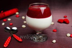 Творожный десерт с малиновым соусом