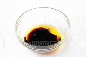 Для заправки соединить соевый соус, оливковое масло и лимонный сок.