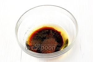 Добавить перец красный и чёрный, сахар. Если надо — досолить.