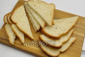 Разрезать тостерные хлебцы на две части уголком.