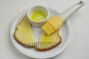 Смазать верхнюю часть хлеба небольшим количеством оливкового масла.