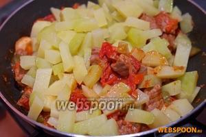 Когда картошка готова, смешайте её с мясом и оставьте ещё на 5 минут.