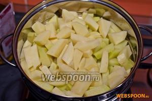 Тем временем, почистите картошку и порежьте на брусочки. Отварите в воде, или на пару. При желании, можете поджарить.