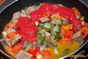 Наконец, добавьте пару ложек томатного соуса и порезанные солёные огурцы. Тушите ещё минут 5-10. Посолите и поперчите, добавьте немного сахара, чтобы поправить вкус помидоров.