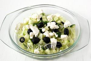 Сверху на салат выложить кусочки феты.