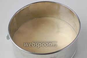 Половину теста вылить в смазанную  форму для выпечки диаметром 16 см.