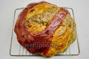 Готовый хлеб вынуть. Взбрызнуть водой и смазать верхнюю корочку хлеба оливковым или сливочным маслом. Накрыть льняной салфеткой и оставить на 30-40 минут отдохнуть. Как видите, цвета у хлеба потемнели при выпечке.