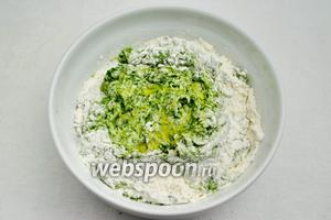 Просеять муку по 200-250 г и семолину в четыре ёмкости. Добавить в муку жидкую массу зелёного цвета. Замесить тесто. В процессе замеса добавлять растительное масло, в конце замеса соль. Каждое тесто берет своё количество муки. Регулируйте количество муки самостоятельно.
