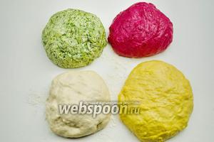 Получить четыре разноцветных колобка. Вымесить так, чтобы тесто получилось плотным, но эластичным. Для хлеба это хорошо.